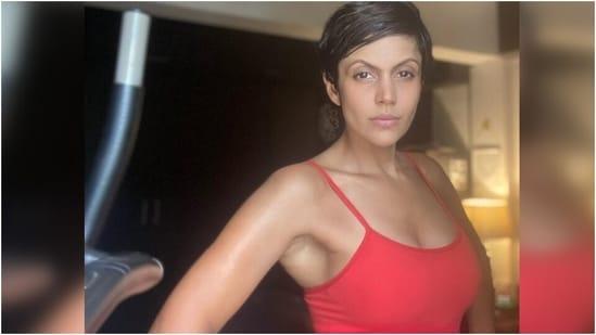 Mandira Bedi does handstands and push-ups after bad behaviour on Friday(Instagram/@mandirabedi)