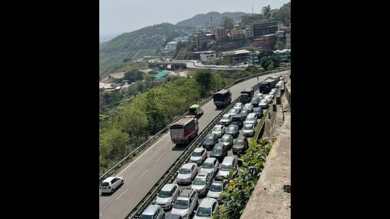 Long queues of vehicles at the Parwanoo barrier on Sunday. (HT Photo)