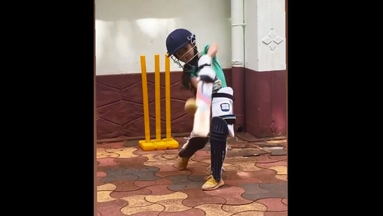 Anand Mahindra took to Twitter to appreciate the little girl's cricket skills.(Instagram/@mehak_fathima__)
