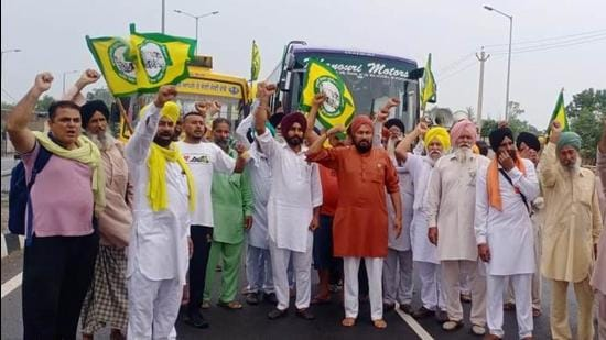 Farmers raising slogans against the Central government in Sangrur on Sunday. (HT PHOTO)