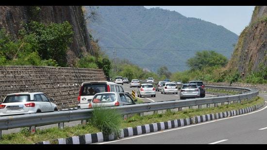 Heavy traffic on the Kalka-Shimla national highway near Parwanoo on Sunday. (Sant Arora/HT)