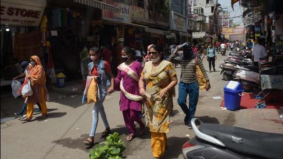 Moderate footfall at Sadar Bazar on Monday. (Vipin Kumar /HT PHOTO)