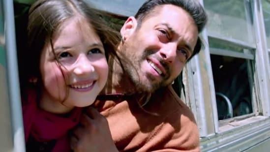 Salman Khan and Harshaali Malhotra in a still from Kabir Khan's Bajrangi Bhaijaan.
