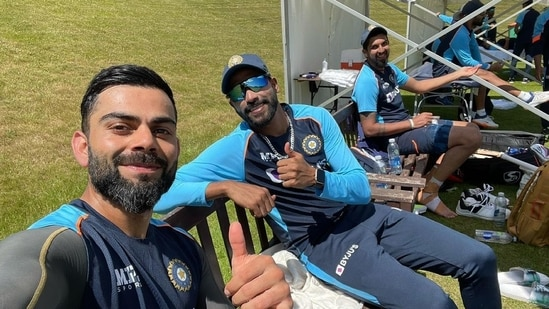 Virat Kohli clicks a picture with Mohammed Siraj (centre) and Ishant Sharma (right).(Twitter/ Virat Kohli)