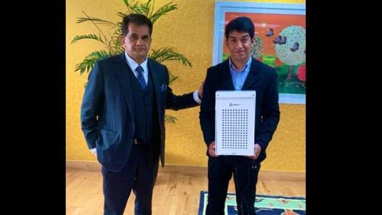 Krrish Chawla with CEO of NITI Aayog, Amitabh Kant.(Twitter/@amitabhk87)