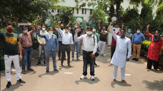 Parents shouting slogans against KB DAV Senior Secondary School in Chandigarh on Tuesday. (Keshav Singh/HT)