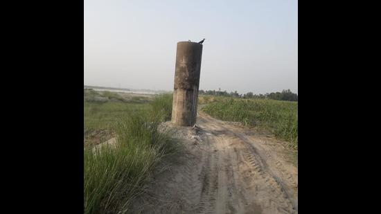 Officials said that a pillar of 21 meters- including 15 meters under the ground, will be erected at every turn of the river on both sides. (HT Photo)