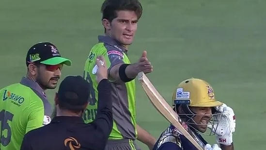 Shaheen Afridi mouthing a few words to Sarfraz Ahmed. (Twitter/Screengrab)