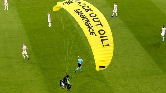 Greenpeace member used a powered paraglider with a motor attached to his back to land on the pitch.(TWITTER)