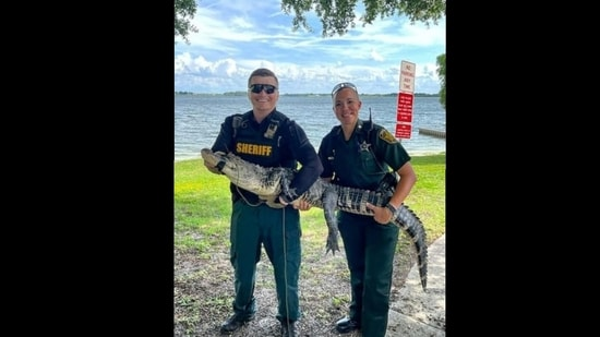 A picture of the two cops along with the alligator(Twitter/@PolkCoSheriff)