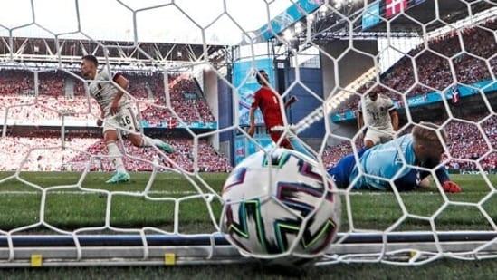 यूरो 2020 फ़ुटबॉल चैंपियनशिप ग्रुप बी मैच के दौरान, बेल्जियम के थोरगन हैज़र्ड ने डेनमार्क के गोलकीपर कैस्पर शमीचेल के खिलाफ अपने पक्ष का पहला गोल किया। (एपी)