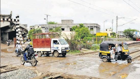 Flyover work at railway crossing near Manjari in Pune. (HT PHOTO)