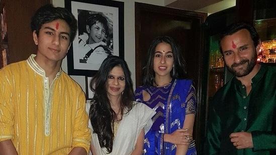 Sara Ali Khan poses with her brother Ibrahim Ali Khan, father Saif Ali Khan, and aunt Saba Ali Khan.