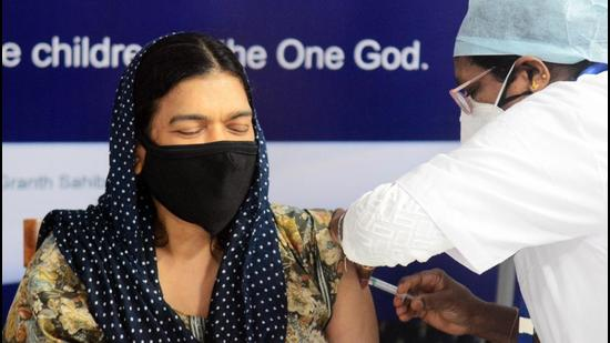 People get vaccinated at Hollywood Gurudwara, Camp in Pune. (Shankar Narayan/HT PHOTO)