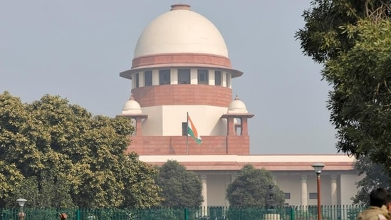 In less than a week, two Supreme Court judges hailing from Kolkata have now withdrawn themselves from two politically sensitive cases involving the state government.(Reuters)