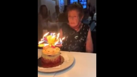 The image shows the elderly woman being amazed the candle.(Reddit)