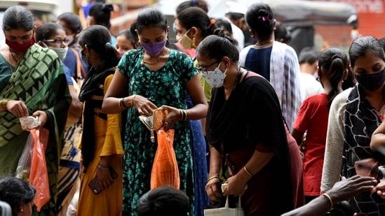 A crowded market is seen in Navi Mumbai, on Wednesday ahead of Vat Purnima festival. Maharashtra has recorded 21 cases of Delta Plus variant of coronavirus.(HT Photo)