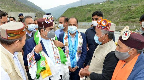 Himachal chief minister Jai Ram Thakur along with Union minister for road, transport and highways Nitin Gadkari in Lahaul and Spiti on Thursday, (HT Photo)