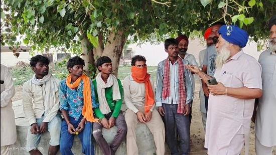 Farmers at a meeting with migrant workers at Bhullerheri village of Sangrur on Thursday. (HT PHOTO)