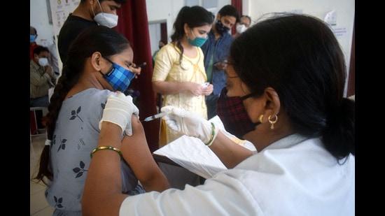 A medic inoculates a dose of COVID-19 vaccine to a beneficiary, Prayagraj, 2020 (ANI)