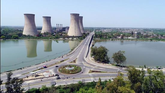 Located on the outskirts of Bathinda city, the defunct power facility has an estimated 2.2 crore tonne of environmentally hazardous fly ash spread over 853 acre. (HT FILE )
