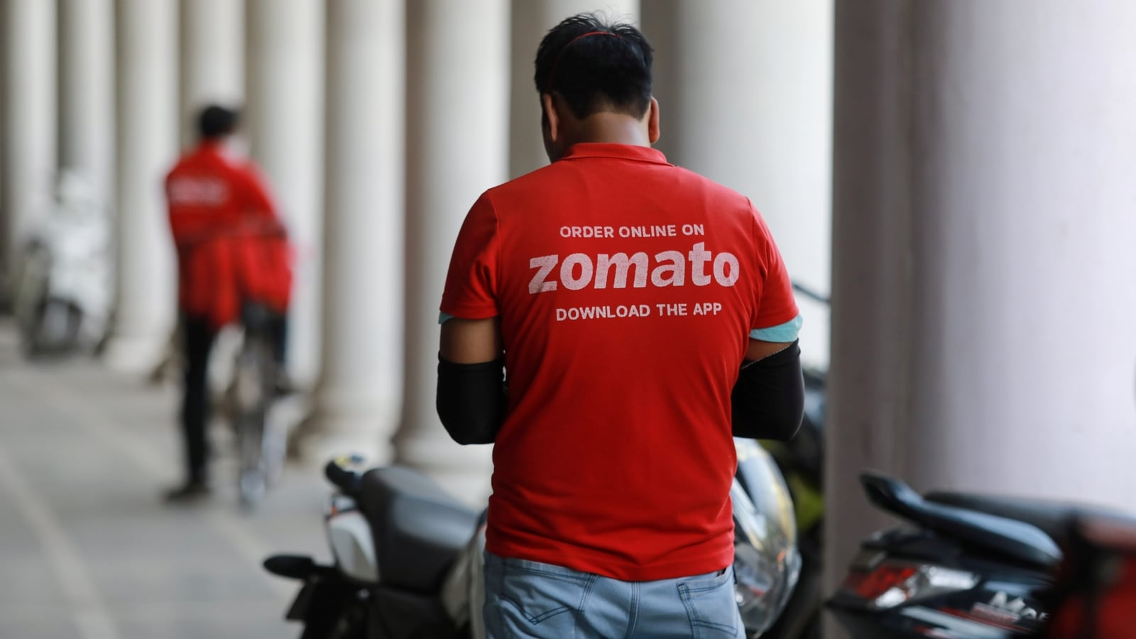 Zomato eyes grocery delivery business as it seeks to buy stake in Grofers  India - Hindustan Times