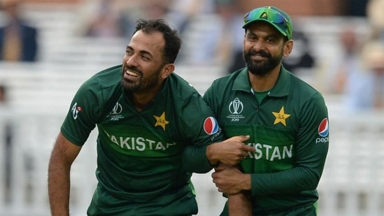 Wahab Riaz (L) with Mohammad Hafeez (R)(Getty Images)