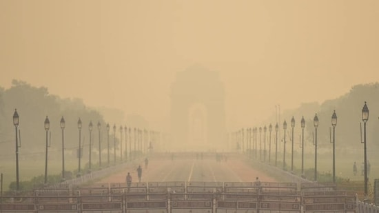 A view of India Gate blanketed in heavy haze in New Delhi.(Amal KS / HT Photo)