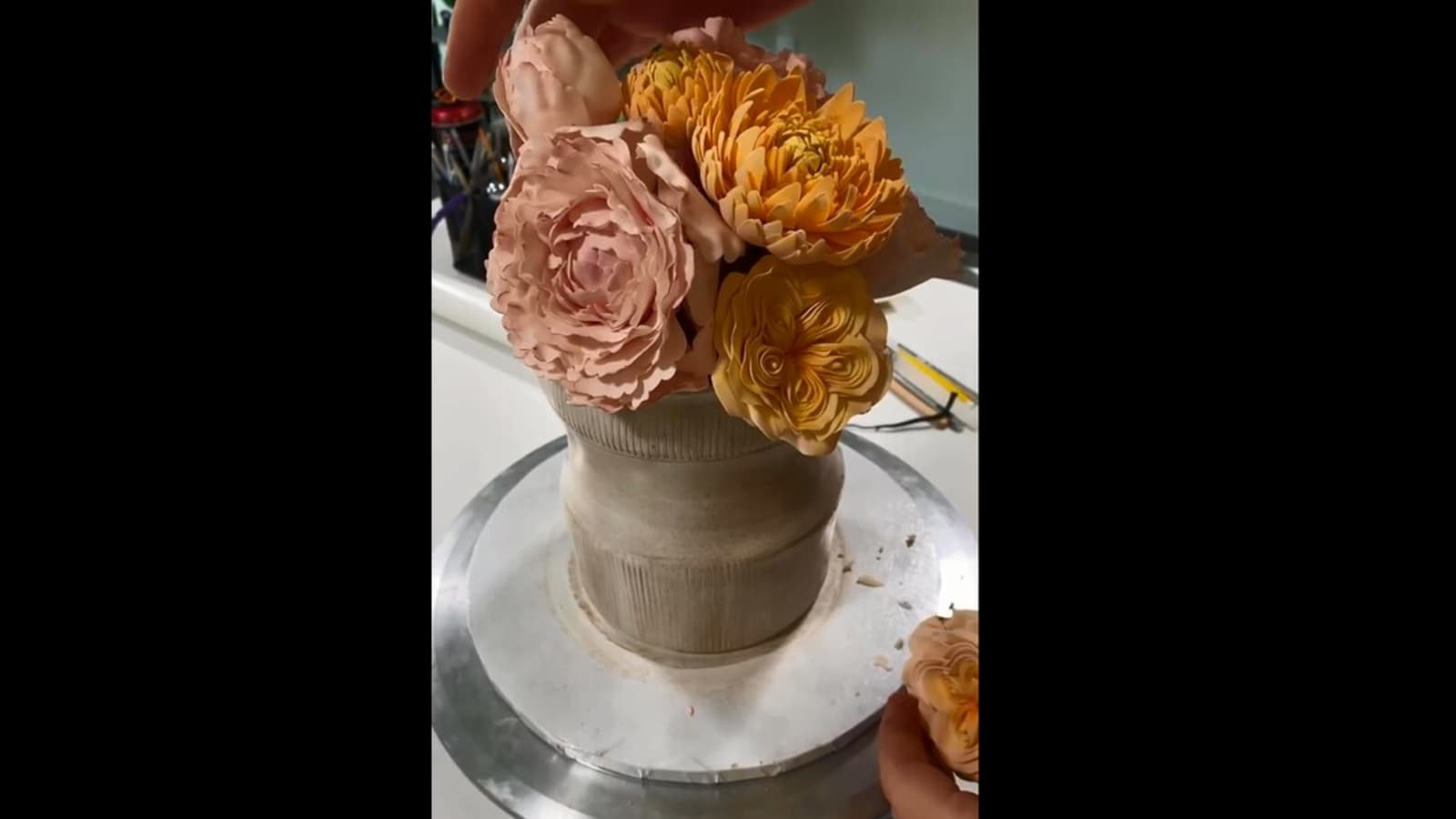 The chef prepares an exquisite cake that looks like a bouquet of flowers.  Watch |  Trend