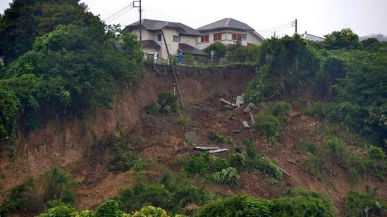 Los socorristas observan un deslizamiento de tierra causado por las fuertes lluvias el 3 de julio en Sushi, una provincia al oeste de Tokio.  Ha estado lloviendo mucho en algunas partes de Japón desde principios de esta semana.  En un país lleno de valles y montañas, los riesgos de deslizamientos de tierra han aumentado y la suciedad se ha aliviado, dijeron los expertos.  (A través de Kyoto News AB)