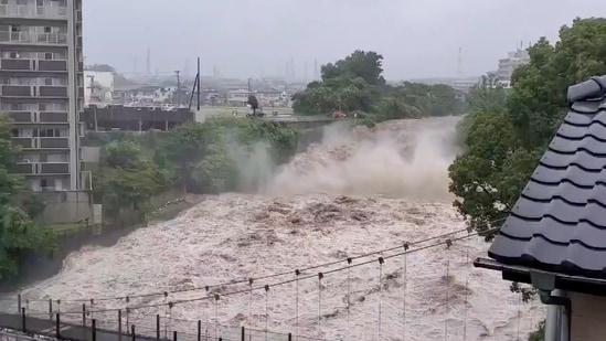 Esta imagen, tomada de un video de las redes sociales, muestra un río crecido por las fuertes lluvias en Shizuoka, distrito de Shundo, Japón, el 3 de julio.  El deslizamiento de tierra pareció golpear varias veces más rápido que un automóvil.  Las escenas mostraban un poderoso deslizamiento de barro negro deslizándose por una colina, derribando casas y limpiando autos a su paso.  Los vecinos indefensos miraban con horror, algunos grabando en sus teléfonos.  Imágenes de NHK TV, una emisora pública, mostraron una sección de un puente colapsando.  (REUTERS vía Twitter FUSAPOOH)