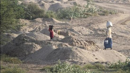 Sand mined from nearby Sone River in Patna and Bhojpur districts is shipped to Chirand in boats to be smuggled to north Bihar and neighbouring districts of Uttar Pradesh. (Burhaan Kinu/HT PHOTO)