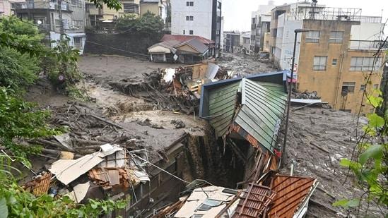 El 3 de julio, se encontraron casas dañadas por las fuertes lluvias en el distrito de Isuzu de Adami.  Los informes de los medios japoneses dijeron que el primer ministro Yoshihide Suka había convocado una reunión de emergencia para su gabinete.  (REUTERS vía Kioto)