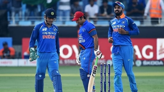 MS Dhoni (L) and KL Rahul (R) during the 2018 Asia Cup. (Getty Images)