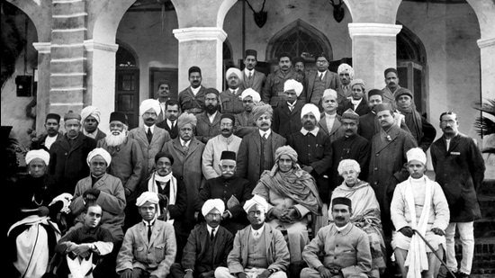 Indian political leaders at 1919 Congress session. (Sourced: Gandhi heritage portal)