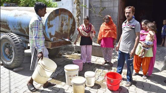 Residents filling water from MC tankers in Peru Banda area in Salem Tabri in Ludhiana on Wednesday. (Gurpreet Singh/HT)