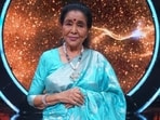 Asha Bhosle remembered how her sister, Lata Mangeshkar cheered her on when she was nervous ahead of a song recording.