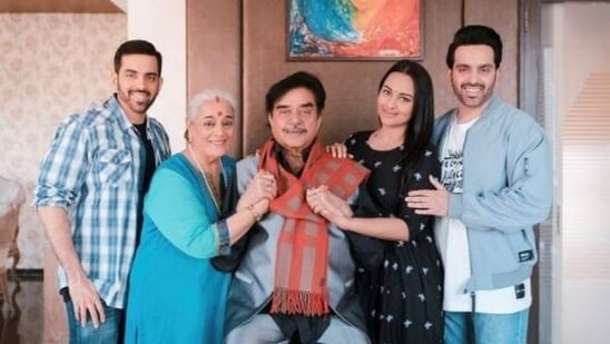 Sonakshi Sinha with her parents and brothers Luv and Kush on Shatrughan Sinha and Poonam Sinha's wedding anniversary.