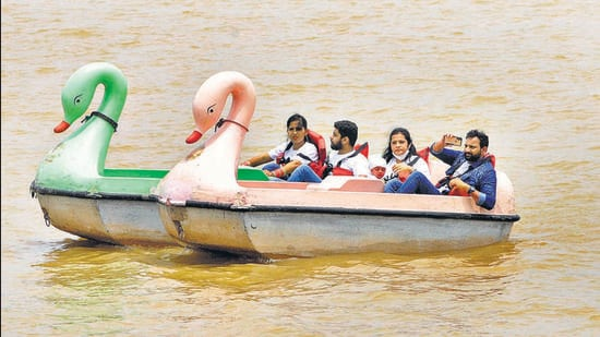 Despite government guidelines, visitors at Sukhna Lake, Chandigarh, continue to give wearing masks the go-by. (Keshav Singh/HT )