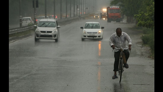 As the rains play their mysterious game with the national Capital, IMD must use it as a wake-up call. (HTPHOTO)