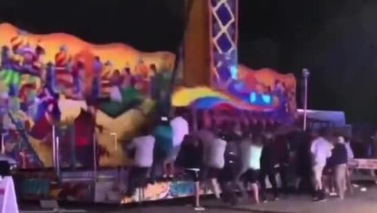 The image shows people jumping onto the ride's platform to stabalise it.(Twitter/@Philly101)