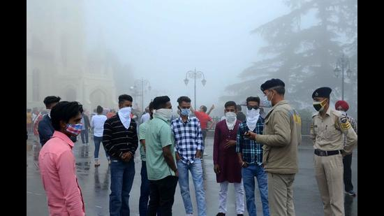 Cops advise tourists to wear masks properly while strolling, in Shimla on Sunday. (Deepak Sansta/HT)
