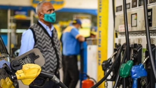 While the fuel prices remained stable on Sunday, the latest revision on Monday showed that petrol prices rose by 28-30 paise while diesel prices reduced by 14-16 paise.(Amal KS/HT file photo)