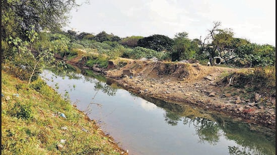 The waters of the Mutha canal had breached the banks in 2018 due to holes in the embankment caused by rodents burrowing. BGM layers to be used to stop leakage. (HT)