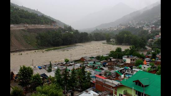 The incessant rainfall since Sunday evening has led to a rise in the water level of the Beas river in Kullu. (Aqil Khan/HT)