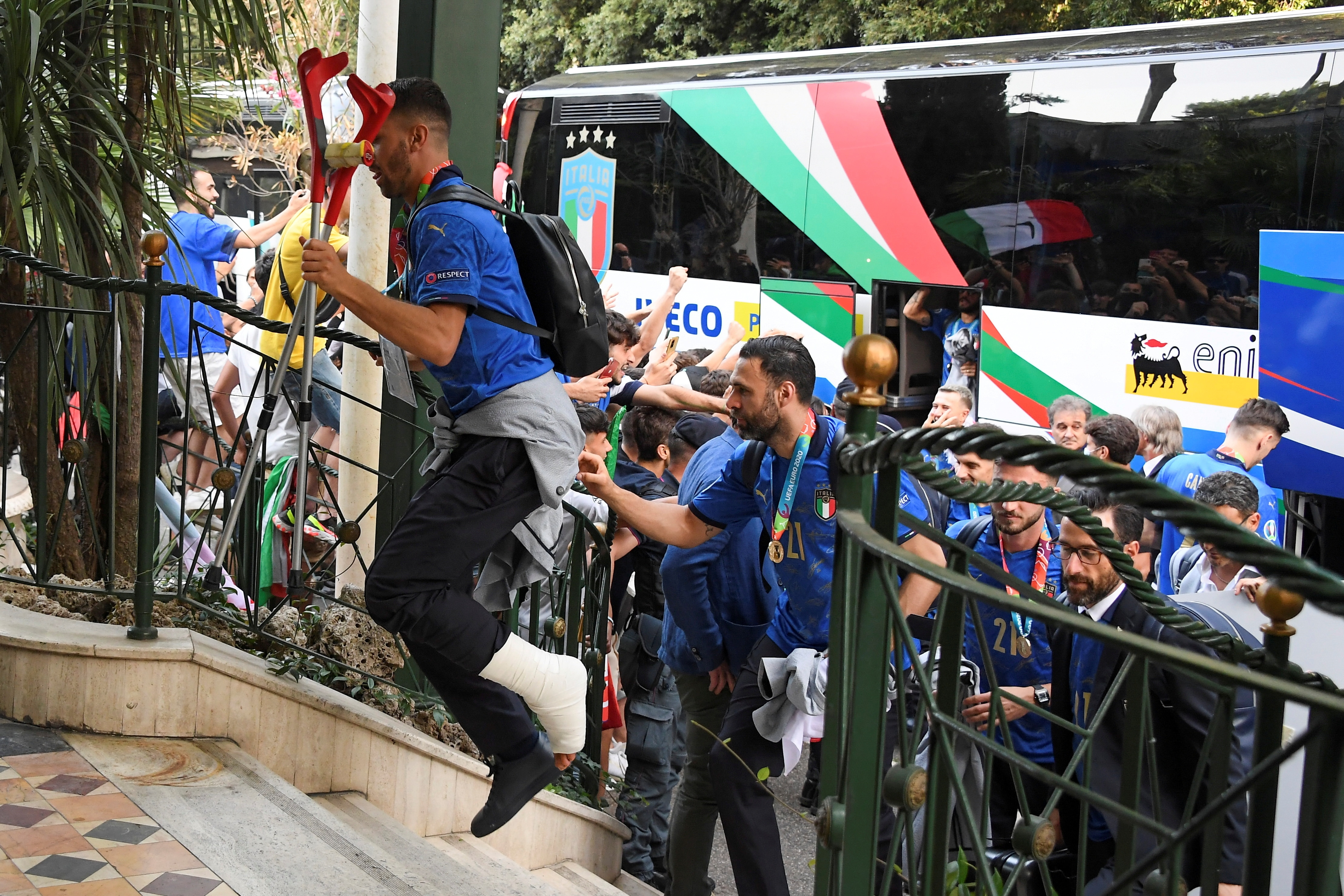 Euro 2020 - Italy's defender Leonardo Spinazzola and other members of the soccer national team arrive at the Parco dei Principi hotel after winning the European Championship. -(REUTERS)
