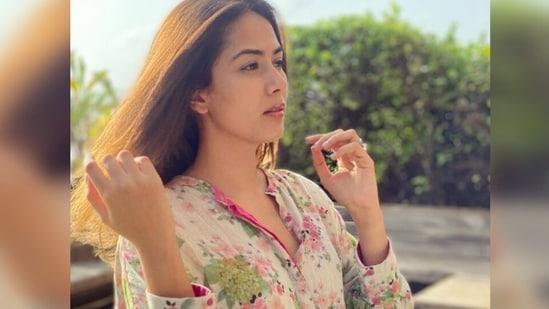 Mira Rajput is surviving the humidity in this breezy floral kurta worth <span class='webrupee'>₹</span>12k(Instagram/@mira.kapoor)