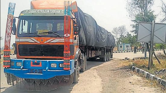A truck from Afghanistan enters via the Integrated Check Post (ICP) in Attari near Amritsar. (HT archive)