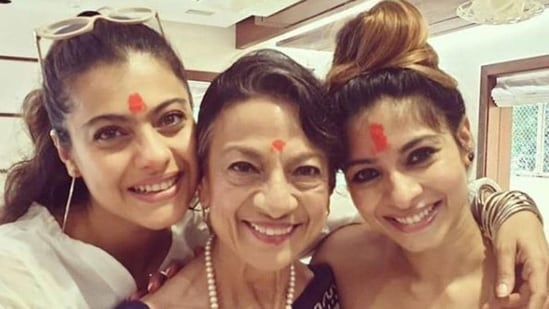 Tanishaa Mukerji with her mother Tanuja and sister Kajol.(Instagram)
