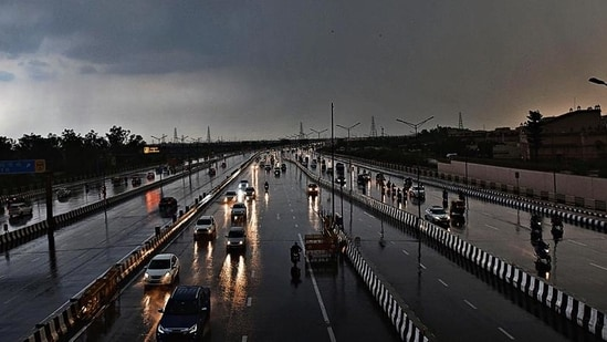 The Delhi-Meerut Expressway (DME) connects Delhi to Meerut over a stretch of about 60km with about 10km in Delhi under phase 1 of the project.(Ajay Aggarwal /HT file photo)